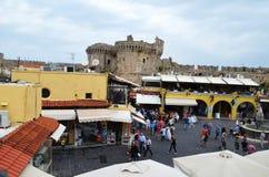 Puerta principal del castillo en el centro de ciudad de Rodas foto de archivo