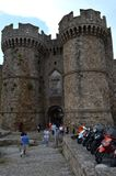 Puerta principal del castillo en el centro de ciudad de Rodas foto de archivo libre de regalías