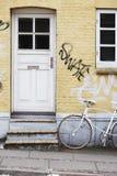 Puerta principal del edificio amarillo Fotos de archivo libres de regalías