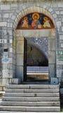 Puerta principal del monasterio de Cetinje - Montenegro fotografía de archivo
