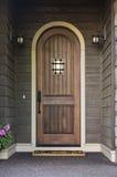 Puerta principal elegante de un hogar exclusivo Fotos de archivo