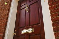 Puerta principal elegante en un edificio de ladrillo Imágenes de archivo libres de regalías