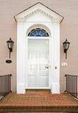 Puerta principal georgiana de la casa del ladrillo Foto de archivo libre de regalías