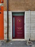 Puerta principal moderna del apartamento en un ambiente multicolor Fotografía de archivo libre de regalías