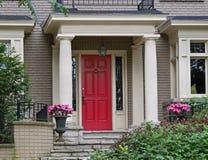Puerta principal roja Imagenes de archivo