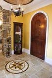 Puerta principal y salón del hogar de lujo Fotos de archivo libres de regalías