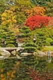 Puerta, puente, y charca en jardín japonés Fotografía de archivo libre de regalías