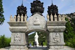 Puerta Qingdao China del templo de Huayan Imagen de archivo libre de regalías