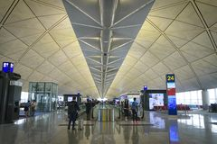 Puerta que espera terminal de la salida en el aeropuerto de Hong Kong imágenes de archivo libres de regalías