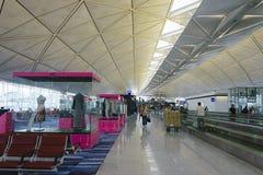 Puerta que espera terminal de la salida en el aeropuerto de Hong Kong fotografía de archivo