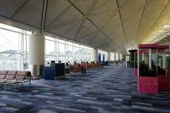 Puerta que espera terminal de la salida en el aeropuerto de Hong Kong fotografía de archivo libre de regalías