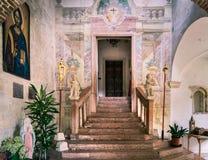 Puerta que lleva dentro de la iglesia Románica de claustro exterior Imagenes de archivo