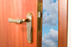 Puerta que se abre en el cielo azul Imagenes de archivo