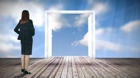 Puerta que se abre en el cielo azul mirado por la empresaria metrajes