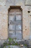 Puerta rústica en la pared de piedra Fotografía de archivo libre de regalías