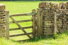 Puerta rústica en pared drystone en Bibury Inglaterra Reino Unido Fotografía de archivo libre de regalías