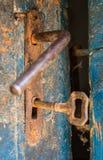 Puerta rústica vieja abierta con la cerradura oxidada, la llave y el ojo de la cerradura Imagen de archivo