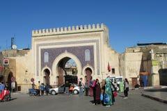 Puerta árabe del estilo en Fes Medina, Bab Bou Jeloud Foto de archivo