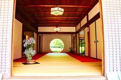 Puerta redonda japonesa del templo imagen de archivo libre de regalías