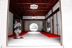 Puerta redonda japonesa del templo foto de archivo libre de regalías