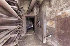 Puerta reforzada vieja de la seguridad en un túnel subterráneo de la comunicación foto de archivo libre de regalías
