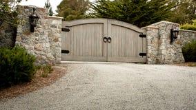 Puerta residencial de la calzada Fotos de archivo