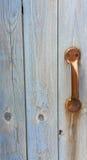 Puerta resistida con la manija oxidada del metal Fotos de archivo