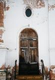 Puerta resistida de madera vieja Imágenes de archivo libres de regalías