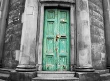 Puerta resistida muy vieja fotos de archivo