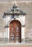 Puerta resistida vieja de una pequeña iglesia griega Imagenes de archivo