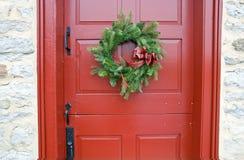 Puerta roja antigua con la guirnalda Foto de archivo