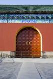Puerta roja antigua del templo Imagenes de archivo