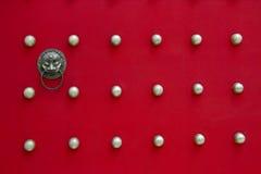 Puerta roja antigua del templo Fotos de archivo