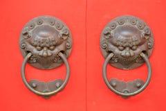 Puerta roja antigua del templo Fotografía de archivo