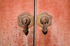 Puerta roja antigua del templo Foto de archivo libre de regalías