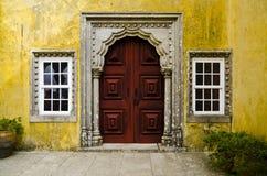 Puerta roja antigua en Quinta da Regaleira, Sintra, Portugal foto de archivo