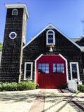 Puerta roja brillante en un viejo parque de bomberos en Jamestown RI fotografía de archivo libre de regalías
