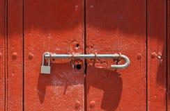 Puerta roja con el bloqueo Imagenes de archivo