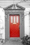 Puerta roja con el fondo blanco y negro Imágenes de archivo libres de regalías