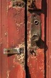Puerta roja con la perilla de puerta del metal Fotografía de archivo libre de regalías