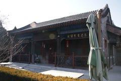 Puerta roja con los botones de cobre amarillo, Pekín China Fotografía de archivo