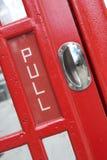 Puerta roja de la cabina de teléfonos Fotos de archivo