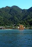 Puerta roja de la capilla Itsukushima imágenes de archivo libres de regalías