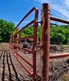 Puerta roja de la granja Fotos de archivo