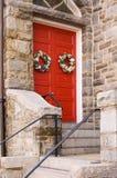 Puerta roja de la iglesia con la decoración del día de fiesta fotografía de archivo libre de regalías