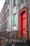 Puerta roja del edificio abandonado imagen de archivo libre de regalías