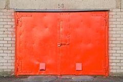 Puerta roja del garage Foto de archivo libre de regalías