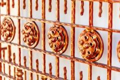 Puerta roja del hierro labrado Imagen de archivo