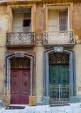 Puerta roja del verde de la puerta en la calle maltesa Imagen de archivo libre de regalías