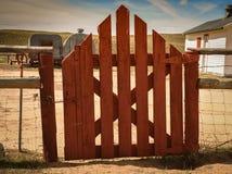 Puerta roja en el rancho de las ovejas Fotos de archivo libres de regalías